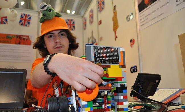 Aaron muestra como se introduce una colilla en el prototipo que ha desarrollado el equipo de Reino Unido. / SINC