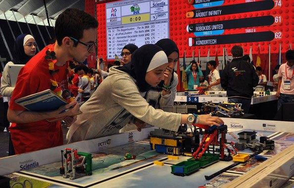 Las chicas del equipo de Jordania preparan sus robots para enfrentarse a una misión de reciclado de piezas. / SINC