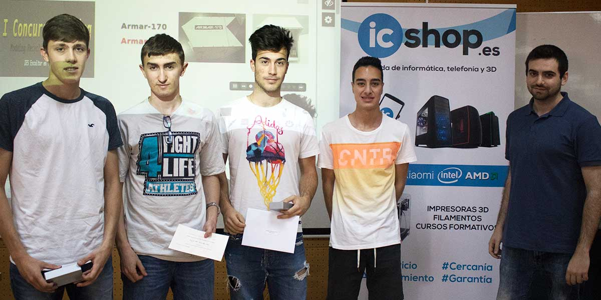 Ganadores del I Concurso de Modding junto a nuestro compañero Carlos (representante de icShop e icTelecom)